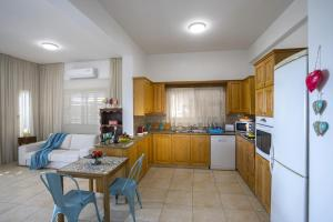 Meneou Beachfront Villa, Vily  Meneou - big - 27