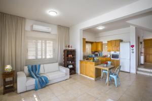 Meneou Beachfront Villa, Vily  Meneou - big - 32