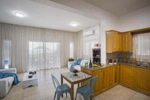 Meneou Beachfront Villa, Vily  Meneou - big - 34