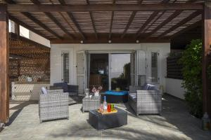 Meneou Beachfront Villa, Vily  Meneou - big - 10