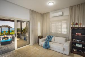Meneou Beachfront Villa, Vily  Meneou - big - 41