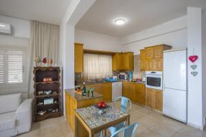 Meneou Beachfront Villa, Vily  Meneou - big - 43