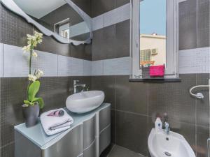 Three-Bedroom Holiday Home in Lovrecica, Prázdninové domy  Lovrečica - big - 3