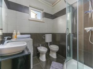 Three-Bedroom Holiday Home in Lovrecica, Prázdninové domy  Lovrečica - big - 12