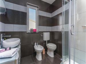 Three-Bedroom Holiday Home in Lovrecica, Prázdninové domy  Lovrečica - big - 14