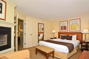Deluxe King Suite with Hot Tub and Fireplace