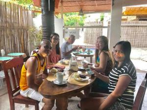 Guanna's Place Room and Resto Bar, Inns  Malapascua Island - big - 119
