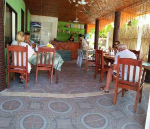 Guanna's Place Room and Resto Bar, Inns  Malapascua Island - big - 117