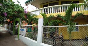 Guanna's Place Room and Resto Bar, Inns  Malapascua Island - big - 113