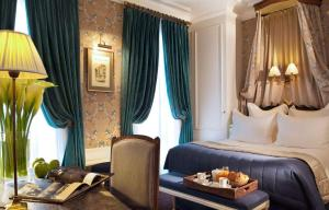 """""""Maître"""" Superior Double or Twin Room with Street View"""