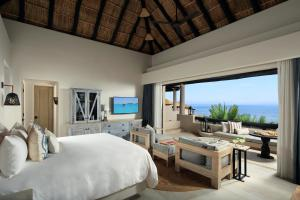 Deluxe King Room with Ocean View - Middle Floor