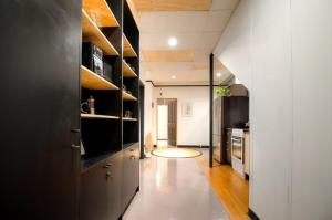 Warehouse Apartment + Netflix, Games Room and Sauna, Apartmanok  Melbourne - big - 9