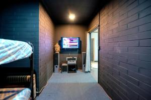 Warehouse Apartment + Netflix, Games Room and Sauna, Apartmanok  Melbourne - big - 11