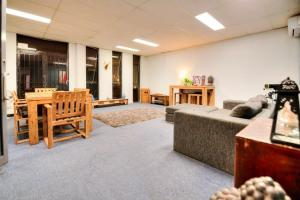 Warehouse Apartment + Netflix, Games Room and Sauna, Apartmanok  Melbourne - big - 12