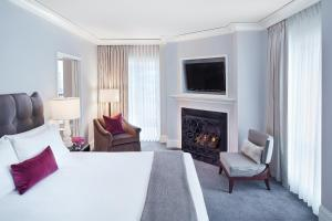 Grand Deluxe King Room with Balcony and Fireplace