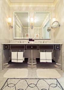 King Suite - Accessible with Roll-In Shower