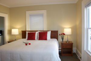 Annex Oceanfront King Room with Kitchen