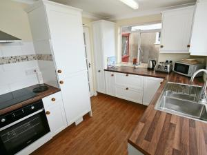 Cutlass Cottage, Holiday homes  Brixham - big - 11
