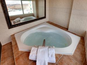 King Suite with Whirlpool and Falls View