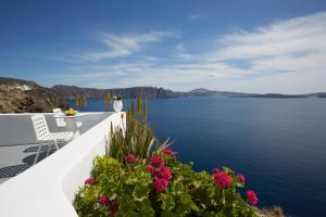 Helianthus Suites- Caldera Caves(Oia)