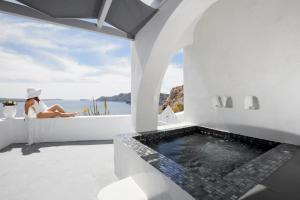 Helianthus Suites- Caldera Caves (Oia)