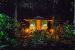 Lirio Lodge, Jaloba