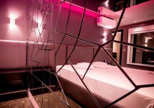 Værelse med queensize-seng og fælles badeværelse