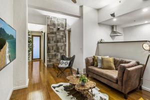 Contemporary 2-bed apartment on trendy King Street
