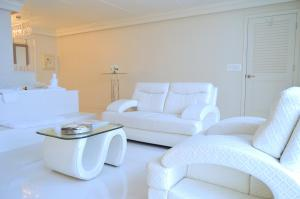 King Suite with Hot Tub and Sitting Area - City View/Non-Smoking