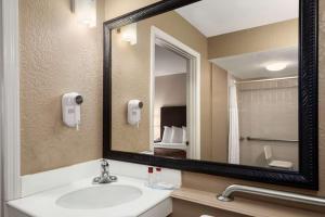 Ramada Naples, Hotely  Naples - big - 54
