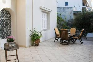 Spacious house next to Athens' coast, in Kalamaki, Apartments  Athens - big - 4
