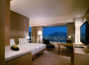 Dvoulůžkový pokoj s oddělenými postelemi, chytrým telefonem a výhledem na přístav