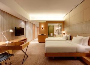 Dvoulůžkový pokoj s oddělenými postelemi, chytrým telefonem a výhledem na hory