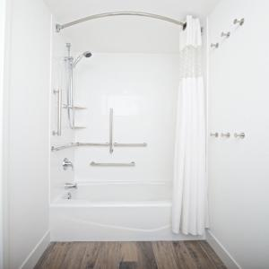 Queen Room - Disability Access with Tub/Non-Smoking