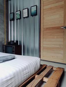 Malý dvoulůžkový pokoj s manželskou postelí