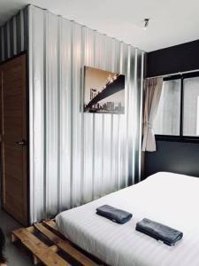 Pokoj s manželskou postelí velikosti Queen a balkónem
