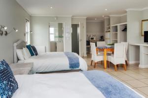Номер-студио с 2 двуспальными кроватями