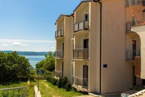Dvosobni apartman s pogledom na more BRSLAV-A1, Апартаменты  Брела - big - 6
