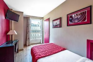 Single Room with View on the Arc de Triomphe