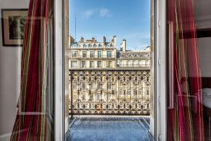 Double room with View on the Arc de Triomphe and Balcony 1 or 2 persons