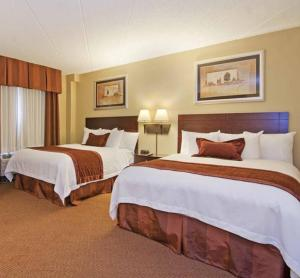 Queen Room with Two Queen Beds and Bath Tub - Disability Access