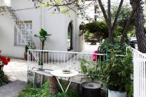 Spacious house next to Athens' coast, in Kalamaki, Apartments  Athens - big - 22