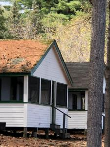 Two-Bedroom Cabin with Lake View (10 Adults)