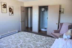 Queen Suite with Private Bathroom