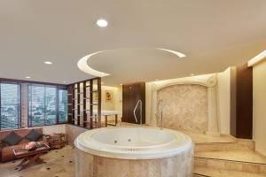 Diplomat Suite with Spa Bath