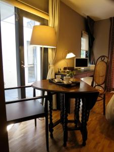 B&B AH87 OSAKA, Bed & Breakfasts  Senriyama - big - 9