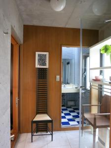 B&B AH87 OSAKA, Bed and breakfasts  Senriyama - big - 6