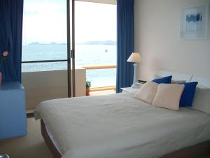 Stunning views in gorgeous Harbourside!, Apartmanok  Soldiers Point - big - 9