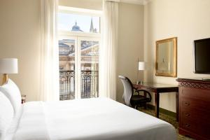 Deluxe Guest Room with King Bed or 2 twin beds