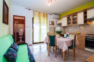 Apartments Cvita Ugljan, Penzióny  Ugljan - big - 17